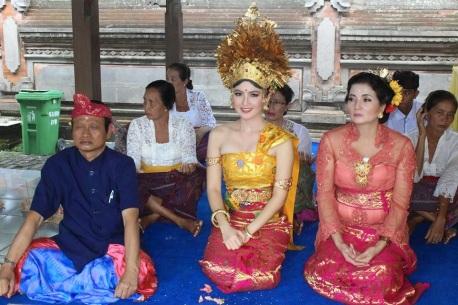 Laksanakan Upacara Mepandes Artis Kadek Devi Tampak Cantik Dengan Pakaian Adat Bali Kojing